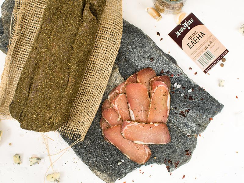 каменна плоча и парче юта, върху които има традиционно филе Елена и тънко нарязани резени