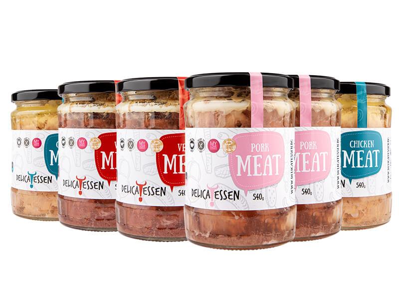 шест стъклени големи буркана с трите основни вида месо- телешко, свинско и пилешко готово за ядене и готвене на разнообразни рецепти за вечеря